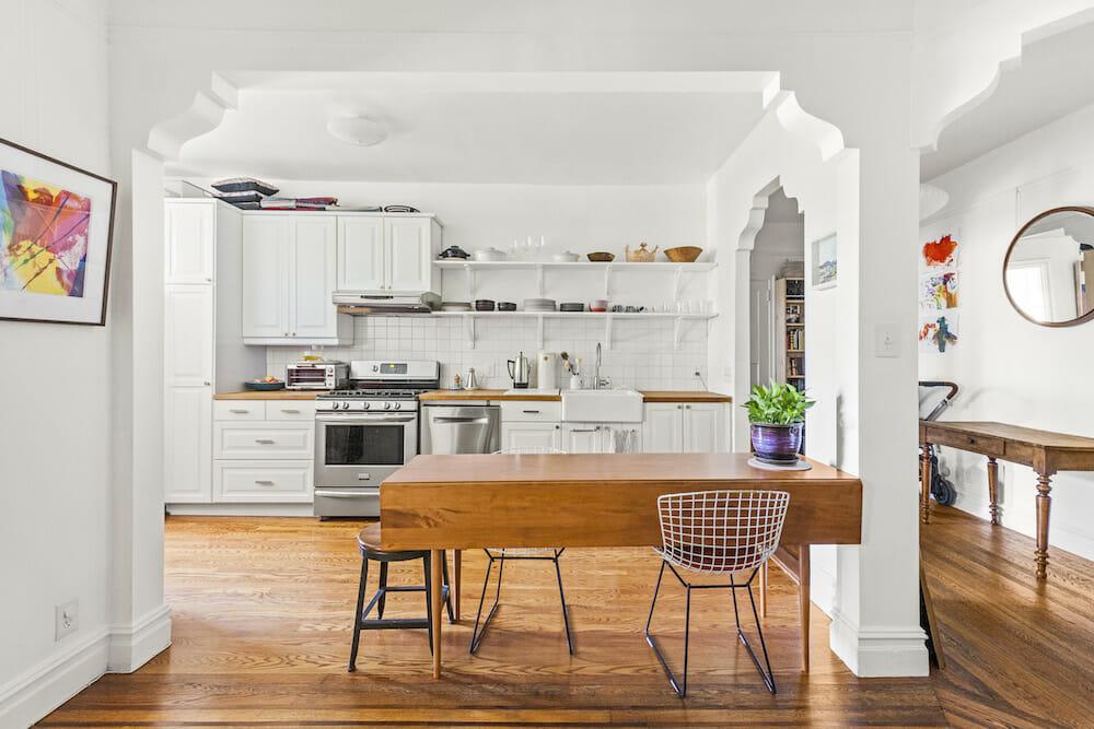 одностенная кухня белые белые шкафы и деревянные полы