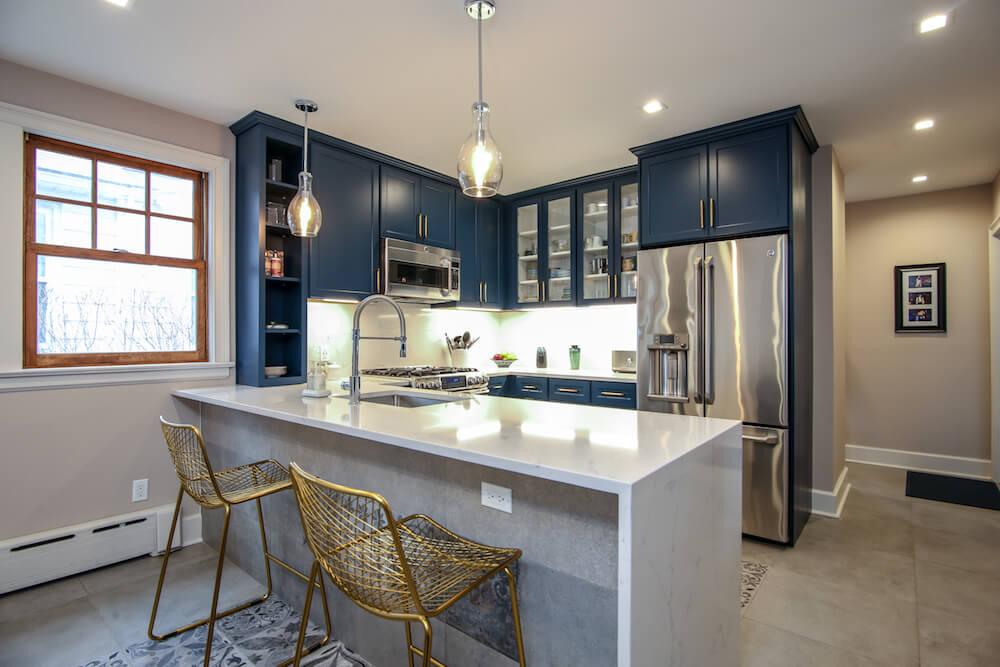 П-образная планировка кухни с полуостровом и синими шкафами